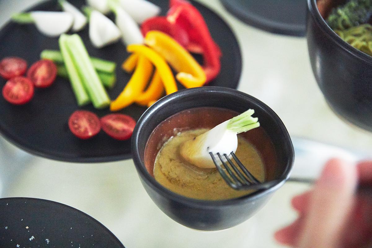 香りドレッシングの「グリーンサラダ」に。鉢の中で玉子サンドやポテトサラダが完成!そのまま器になる石見焼のすり鉢とすりこぎ棒|もとしげ