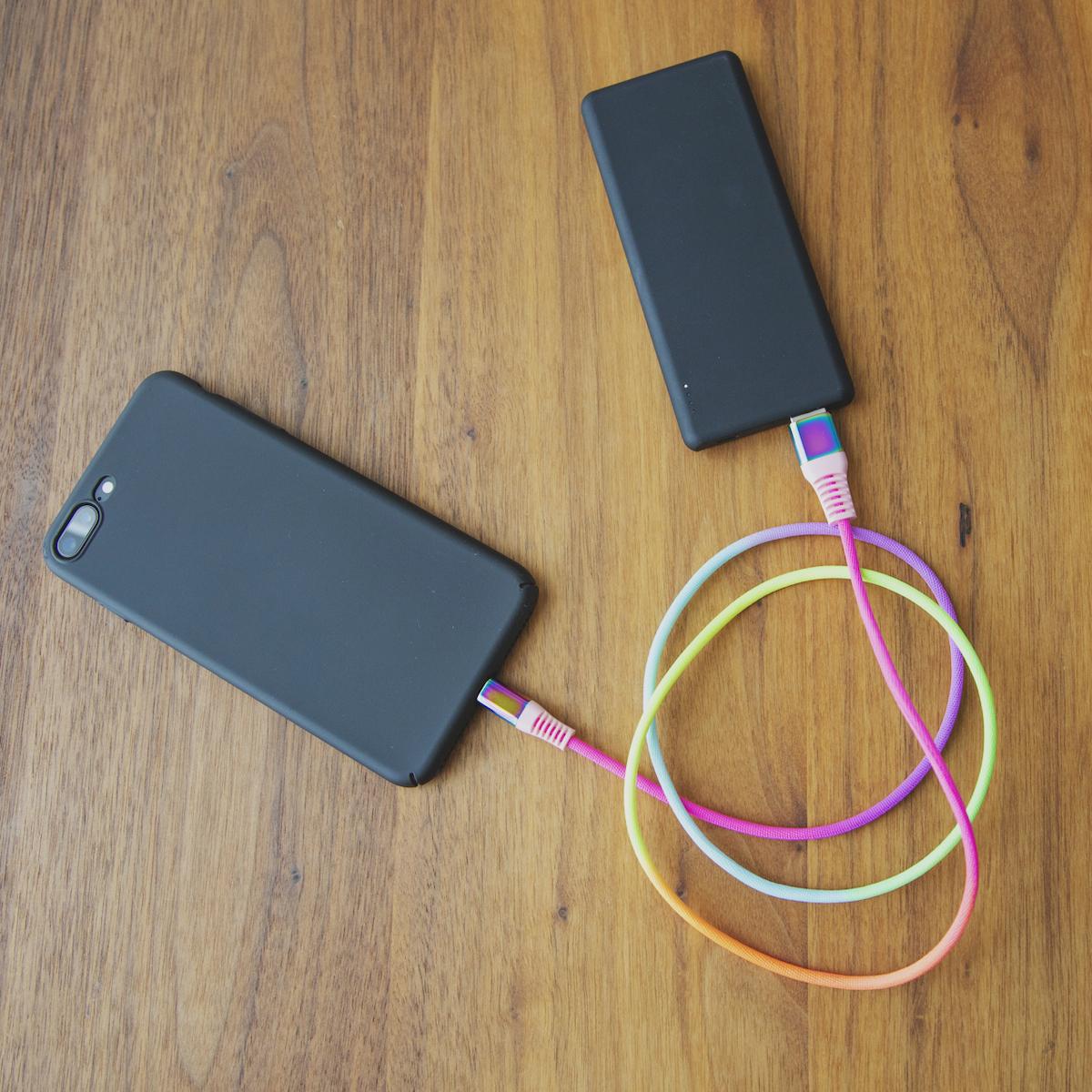 高速出力で、素早く充電できる。断線しにくく丈夫、ひと目でわかる存在感の「Lightning USBケーブル」| addip