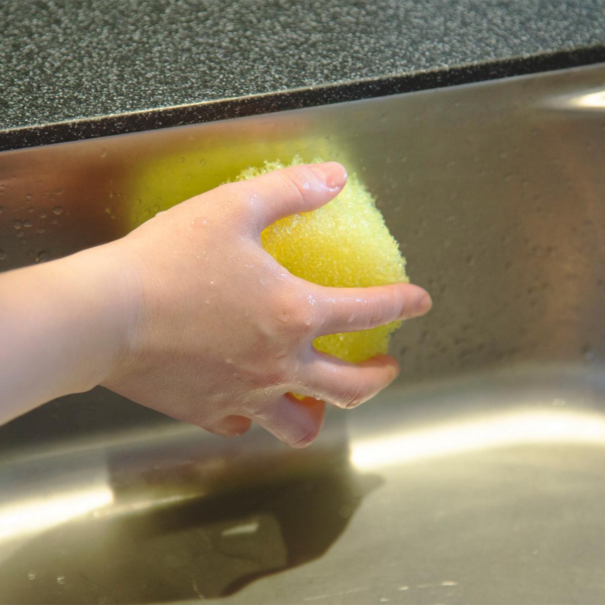 両面がタワシ・スポンジとして使える。水切れ・汚れ落ちバツグン!水栓レバーにも掛けられて、収納ホルダー要らずの「洗浄スポンジ」|Scrub Daddy