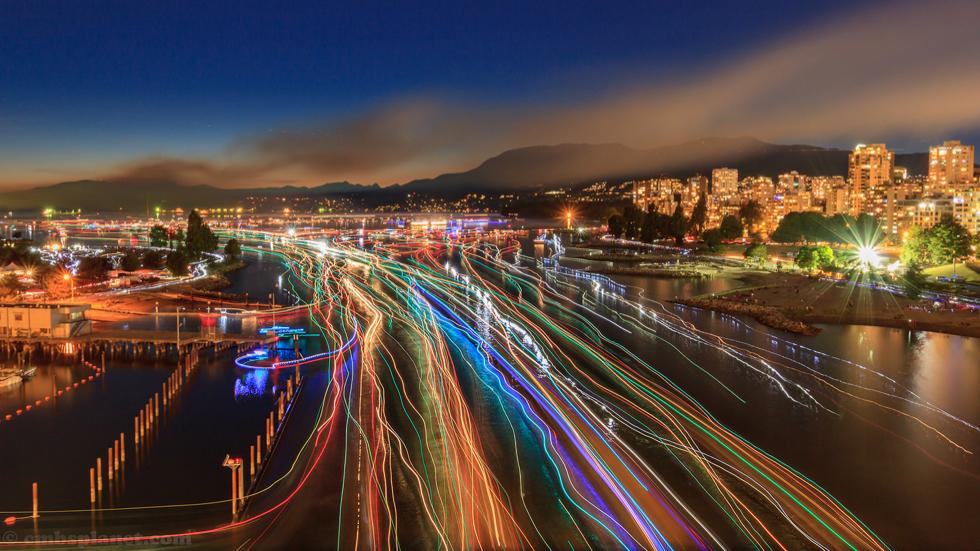 ヘッドライトを光の線のように《流し撮り》することも可能|綺麗な写真が撮れるカメラグリップ(iPhone全機種対応) | PICTAR