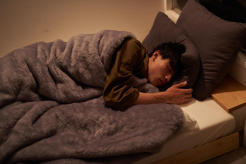 手や足が沈むような、ふんわりした心地。癒しグレーが叶える、あったか快眠空間。ふんわり毛足2cmのメリノウールが気持ちいい!軽い掛け心地の「毛布」|SERENE