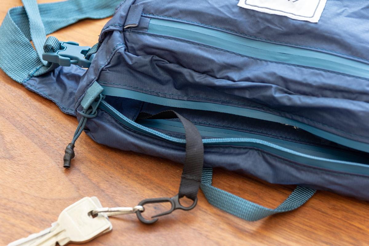 バッグ内部にキーチェーンが付いた、旅先や日常生活でアクティブに動き回れる!手のひらサイズにたためる防水仕様のウエストバッグ/ヒップバッグ| Matador