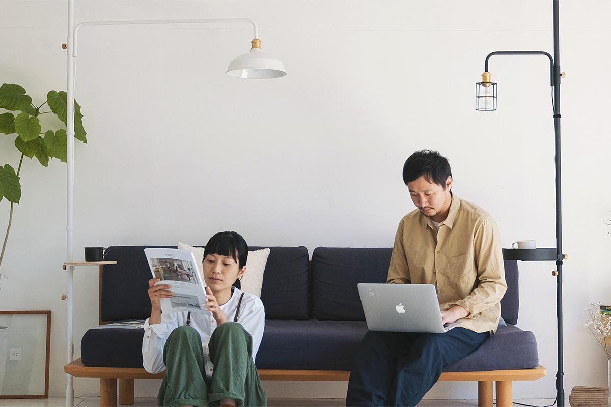「つっぱり棒」と同じ感覚で、好きな場所にカンタンにプチ書斎をつくれる、照明とテーブルがセットできる「つっぱり棒」|DRAW A LINE ランプシリーズ