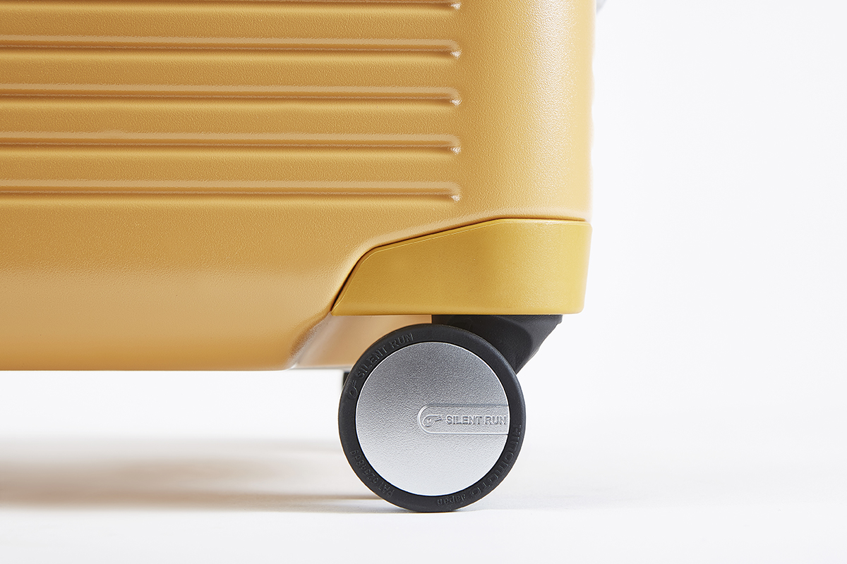 世界中の一流スーツケースメーカーから信頼される、日本のパーツメーカー『HINOMOTO』製の「双輪キャスター」を採用したスーツケース(37L・1〜2泊・機内持ち込みサイズ)|RAWROW