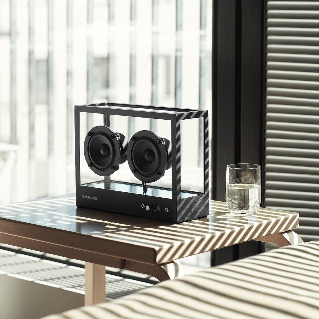 シンプルモダンで、空間を上質なものにするオブジェのような存在感。ガラスとスピーカーユニット2つだけ、美しい佇まいの「Bluetoothスピーカー」|TRANSPARENT SPEAKER(トランスペアレント スピーカー)