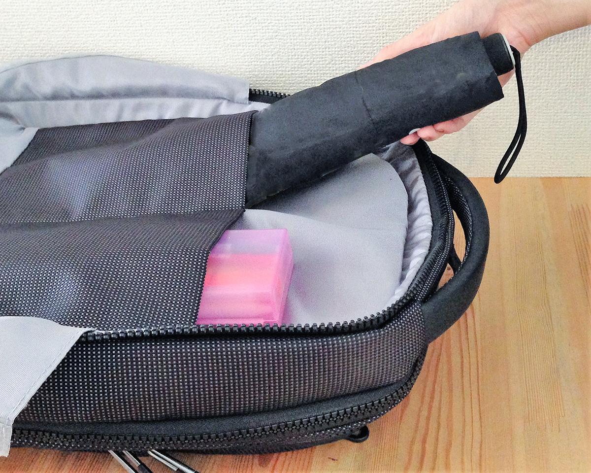 ガジェットや充電器、折りたたみ傘をスマートに立体収納できる、旅行や出張に役に立つバックパック|NAVA
