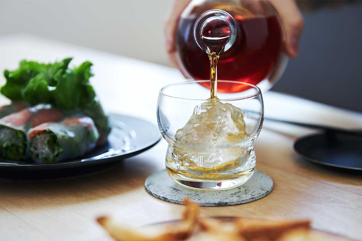 鏡餅やひょうたん、雪だるま、仏具の鈴(リン)など、私たち日本人のココロに刷り込まれた心象風景と重なる。持ちやすさ、使いやすさ抜群。丸みとくびれのあるお洒落なデザイン|双円(そうえん)のグラス