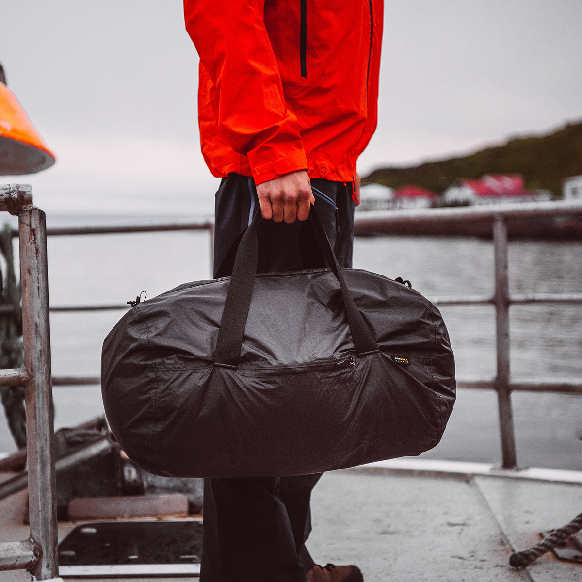 薄くて軽いのに、耐荷重量は13.5kgの丈夫さ。ジムバッグやアウトドアレジャーにも対応できるサイズ感だから、幅広いシーンで活躍するボストンバッグ|Matador transit30 2.0