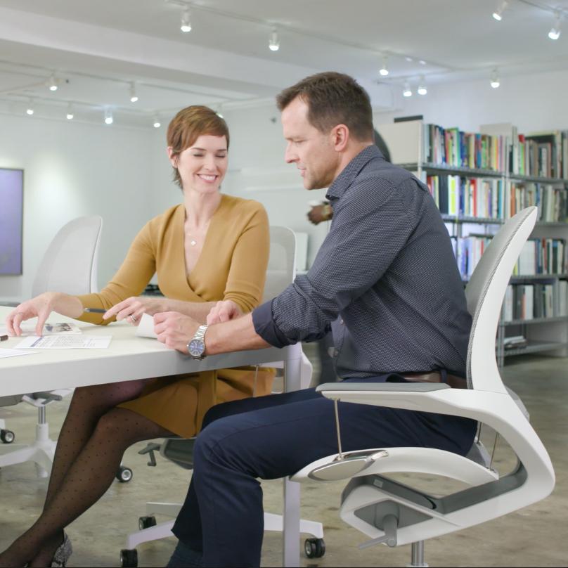 好みの座り心地にカンタンに調節できる。意識しないで、いつでも「気持ちいい仕事姿勢」が続く!座面が動くワーキングチェア|Elea Chair
