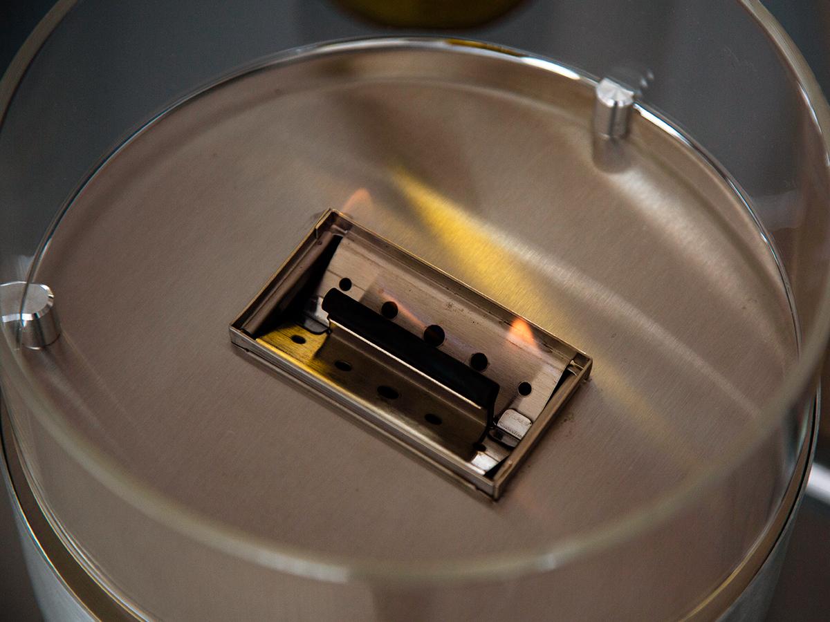 手軽さに加え、安心して使える独自の構造も、一般的な卓上ランプとの大きな違い。煙が出ない、倒しても安心の専用燃料付きの「オイルランプ」|TENDER FLAME(テンダーフレーム)
