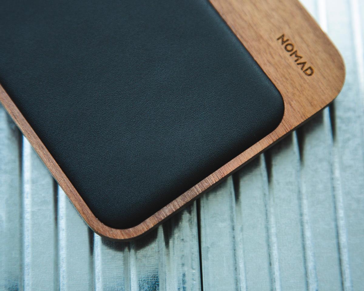 革張りのクッションをあしらった充電パッドは、本革ソファのような贅沢仕様。iPhone、AirPodsを飾るようにまとめてチャージ、2つのUSBポートを備えたおしゃれな「ワイヤレス充電ベース」| NOMAD | Base Station