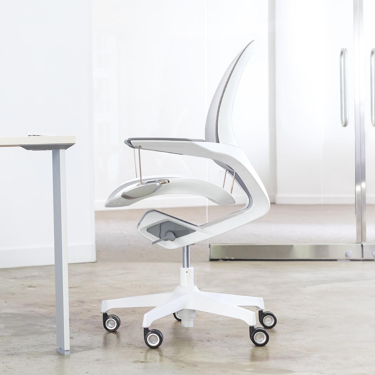 耐荷重130kgの頑丈構造で安心。意識しないで、いつでも「気持ちいい仕事姿勢」が続く!座面が動くワーキングチェア|Elea Chair