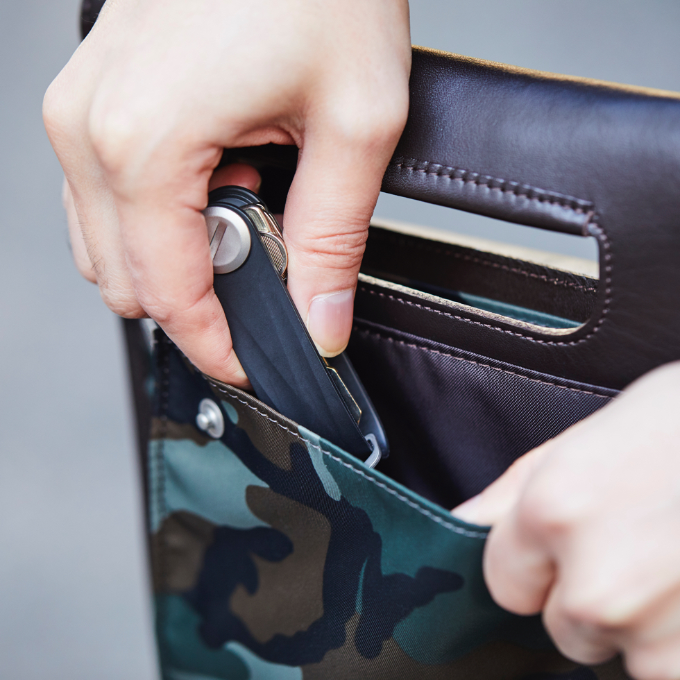 チケットや領収書、鍵などの貴重品を収納できるポケット | COVEROO(カヴァルー) by ROOTOTE