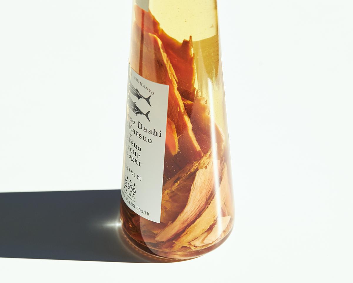 家の醤油やお酢の瓶に入れて使っていたことがきっかけ。うまみが凝縮!いつもの調味料が宗田節で輝きだす、つぎ足して使える「だし醤油&だし酢(化粧箱入り)」|SHIMANTO DOMEKI COMPANY