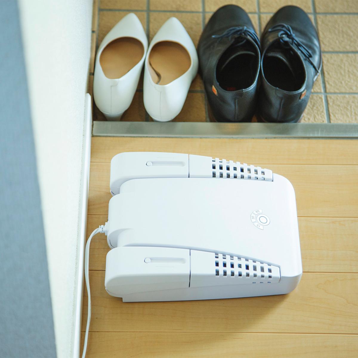 靴を置くだけで、靴のカビや悪臭、水虫菌対策。光触媒と紫外線の効果で、ニオイやカビ、水虫菌を元から分解。さらに、50℃の低温風で、やさしく乾燥。「靴クリーナー」|RefreShoes(リフレシューズ)