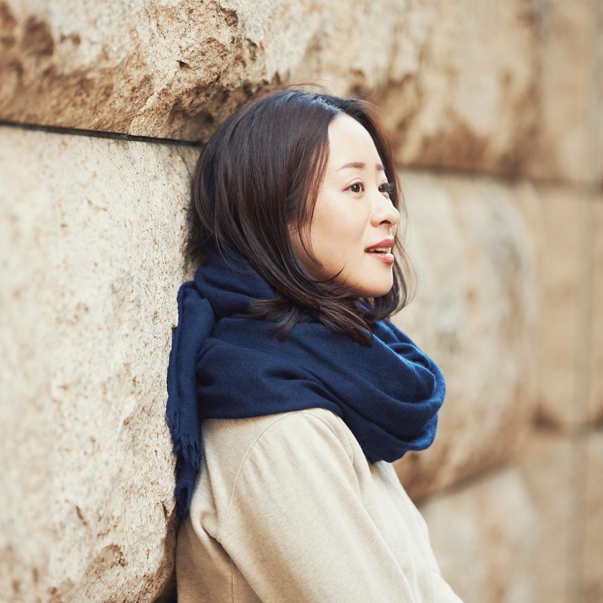 上質なものを知る大人に。外でも家でも手放したくなくなるほど、心地よい暖かさの超大判カシミアストール|ADOS(エイドス)curum