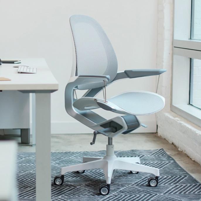 快適なリクライニングが叶う。意識しないで、いつでも「気持ちいい仕事姿勢」が続く!座面が動くワーキングチェア|Elea Chair