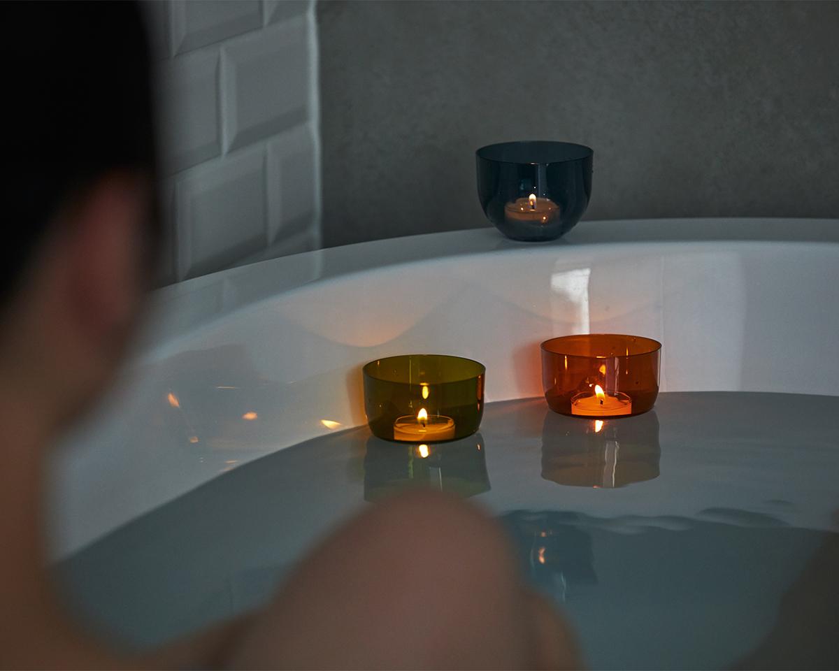 水面を移動する「バスキャンドル」の動きや炎のゆらぎに視線を委ねるだけ。頭と体のリセット時間に、浮かべて眺める「癒しの香りつきバスキャンドル」|kameyama(カメヤマ)