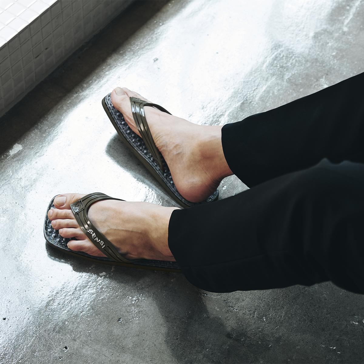 家の中でも外でも旅行先でも履ける洗練されたデザイン。半球状の突起が、心地よく足裏マッサージしてくれる「健康サンダル」|SENSI