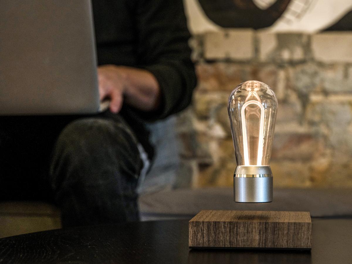 お洒落な間接照明の磁力で宙に浮くLED電球 | FLYTE
