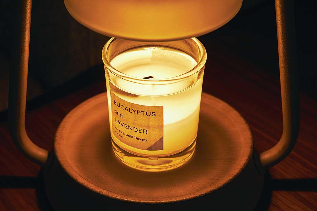 ハロゲンライトの熱によって、じわじわ溶けるキャンドル。火を使わずにアロマキャンドルを灯せて、明かりと香りも楽しめる卓上ライト「キャンドルウォーマーランプ」|kameyama candle house