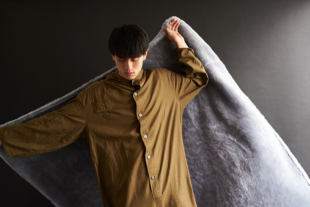 寝返りを打っても、はだけにくい。癒しグレーが叶える、あったか快眠空間。ふんわり毛足2cmのメリノウールが気持ちいい!軽い掛け心地の「毛布」|SERENE
