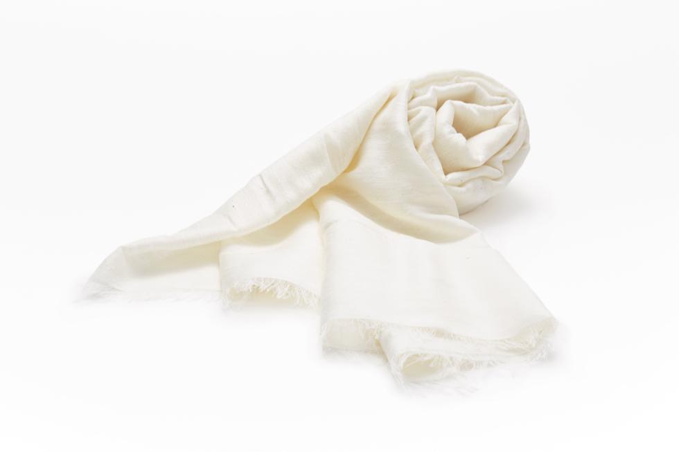 紫外線や乾燥から肌を守る、調湿力・抗菌・防臭効果も期待できるシルクのストール