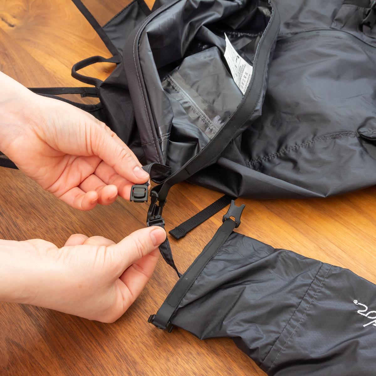 ロールトップ式の収納袋は、バッグ内部に簡単に取り付けることもできます。だから、バッグ使用時になくす心配もありません。バックパック|Matador Freerain24 2.0