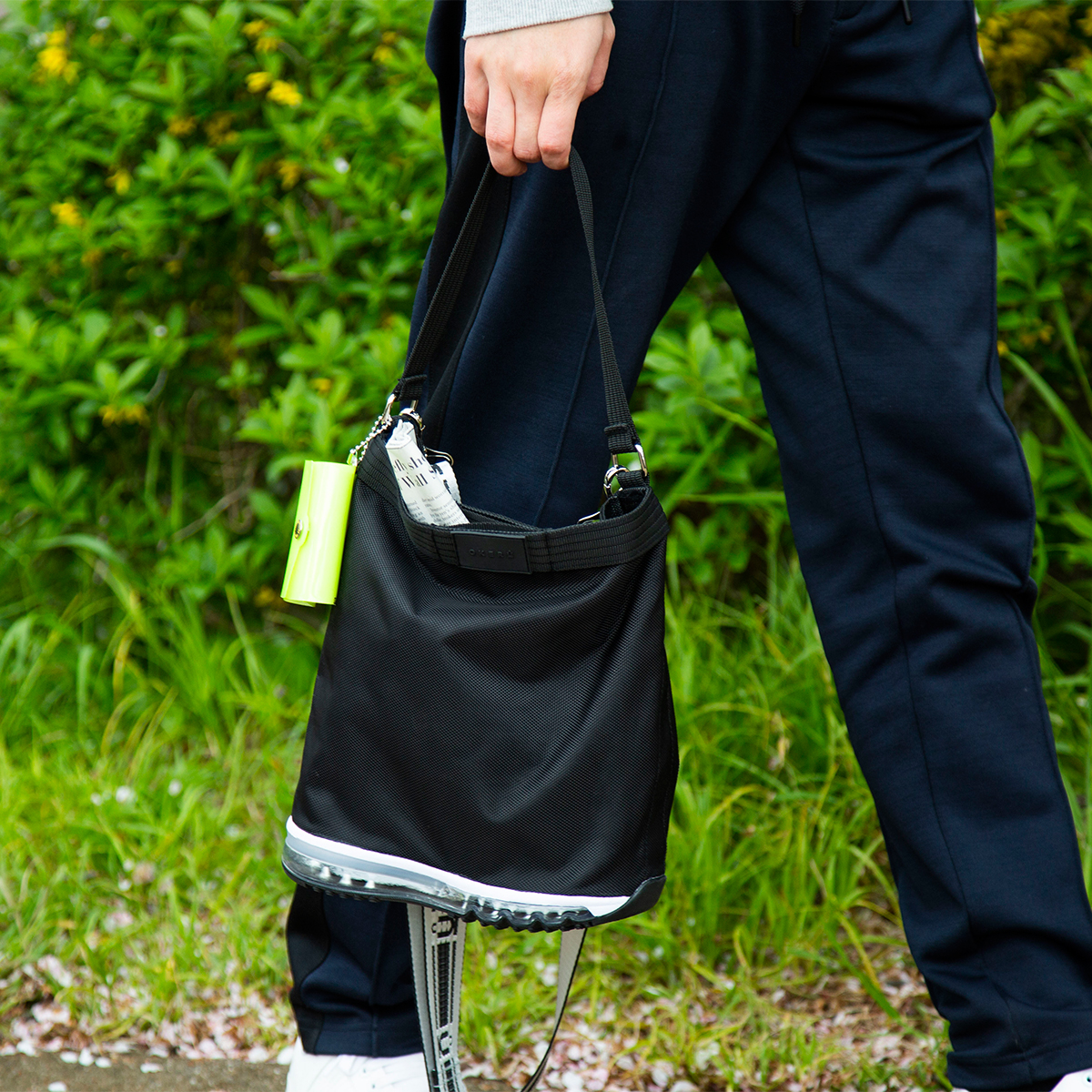 ショルダーストラップは取り外し可能。手提げバッグとしても使える。床・地面・土の上でも、迷いなく置ける。あの傑作スニーカーのエアソールを履いた「遊びトート」| OKERU MONOCO限定