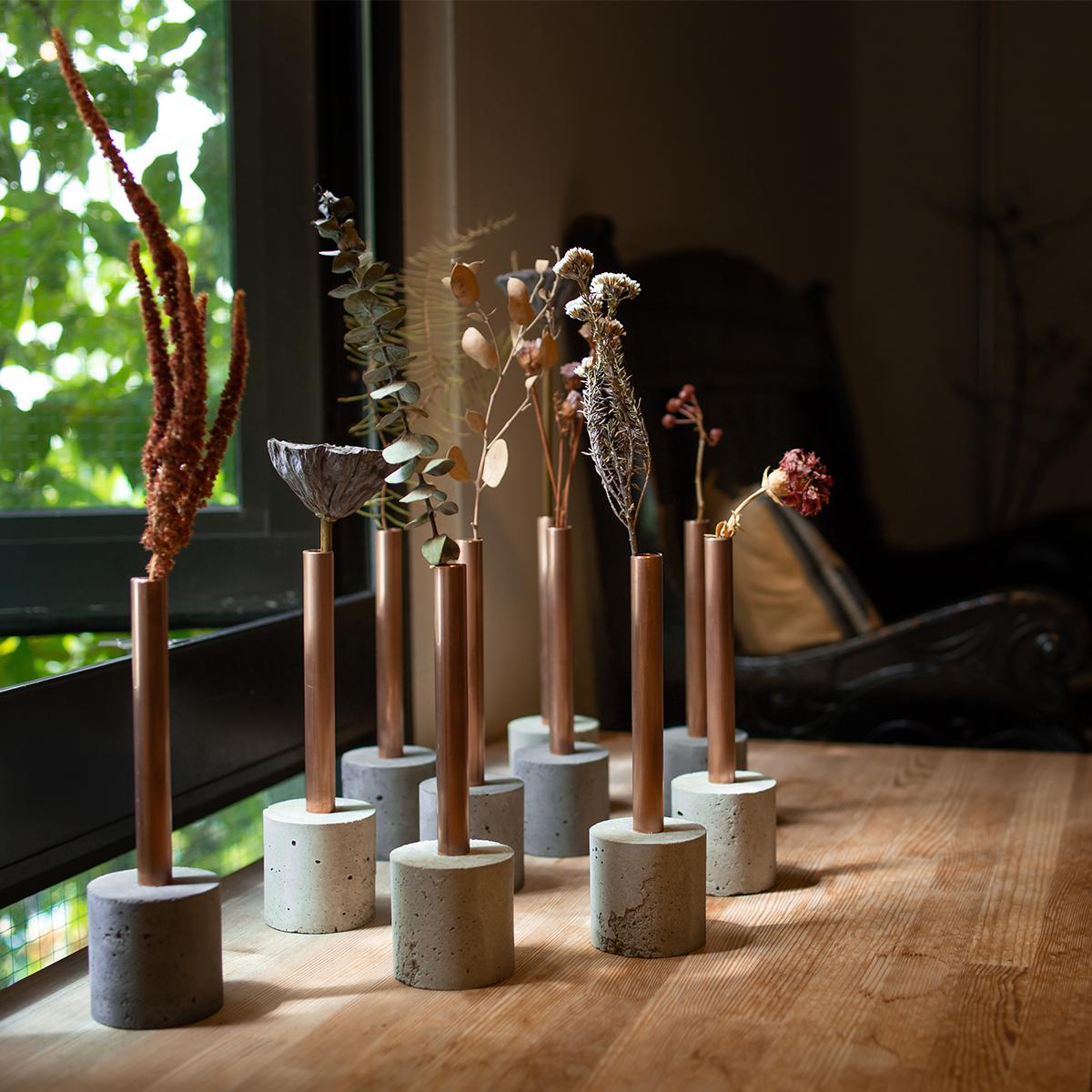「ドライ・イン・ウォーター法」なら、自然に枯れていく風情や、ドライフラワー後もそのままでいいのでおすすめ。時間や生活環境とともに少しずつ深みを増し、経年変化していく銅管とモルタル。無造作に挿すだけで「絵」になる、銅管の一輪挿し・花瓶・フラワーベース|BULBOUS