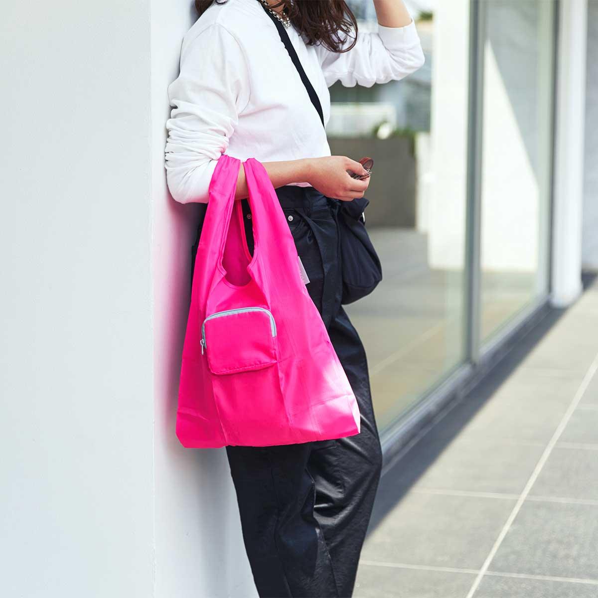 ポケットティッシュサイズの薄型ポーチを開けば、いつもの買い物にちょうどいいサイズ感のレジ袋型トートが出現。ファッションに合わせて選べる豊富なカラー展開。スマートに持ち歩ける折りたたみエコバッグ|KATOKOA