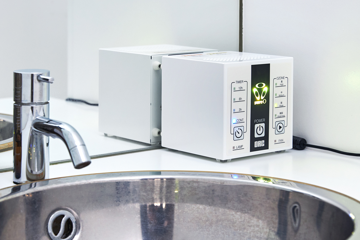 洗面所やトイレ、クローゼットなど狭い場所に、スペースを取らない「置き型式オゾン発生器」 家庭内、外出先の感染症対策と臭い対策のおすすめは、オゾン除菌・オゾン消臭。ウイルス・菌を分解、不活化させる「家庭用 オゾン発生器」