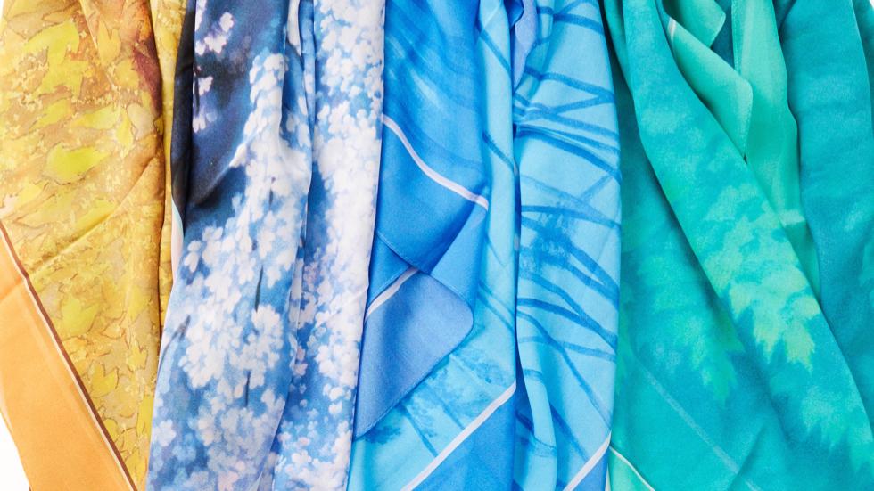 日本画家・東山魁夷の日本画が描かれたYAEZAWAのシルクスカーフ・ストール