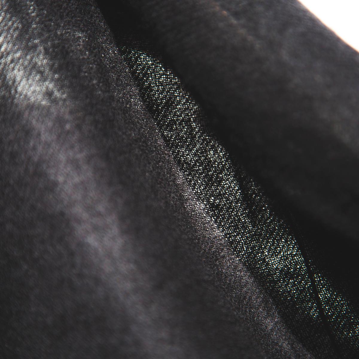 太陽の光がうっすら透けるほど薄くて軽い。手間をかけて、カシミヤ糸を中空状にした超大判カシミアストール|ADOS(エイドス)curum