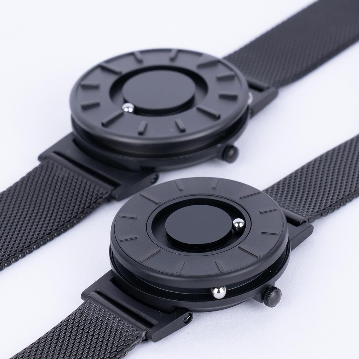 磁力によって、小さなボールが静かに時を刻みます。腕元におさまるコンパクトな文字盤、軽やかな装着感のメッシュバンド。触って時間を知る「腕時計」| EONE