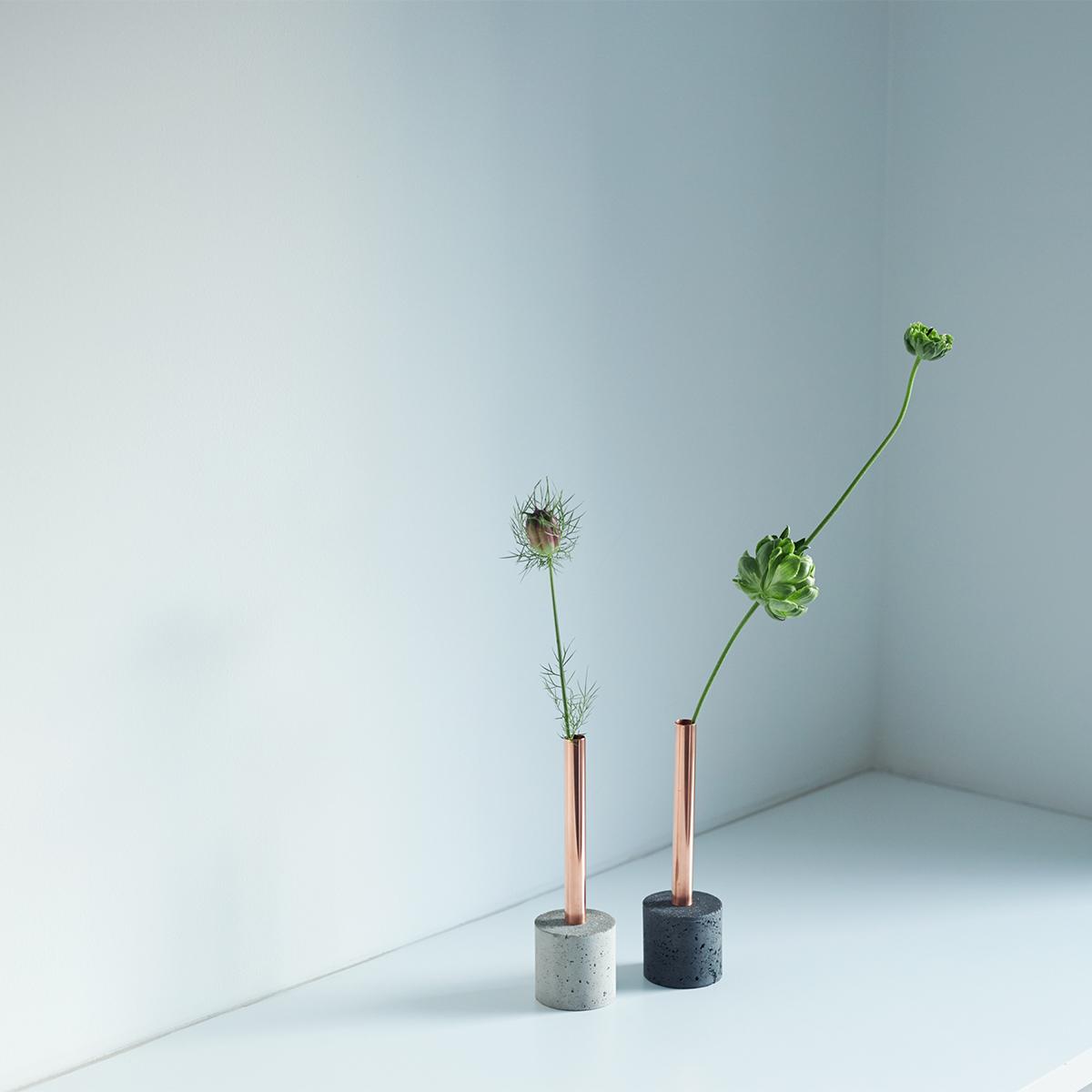 花の剪定に悩まなくてもいいように「安定した重さの一輪挿し」からデザインを考えた。無造作に挿すだけで「絵」になる、銅管の一輪挿し・花瓶・フラワーベース|BULBOUS