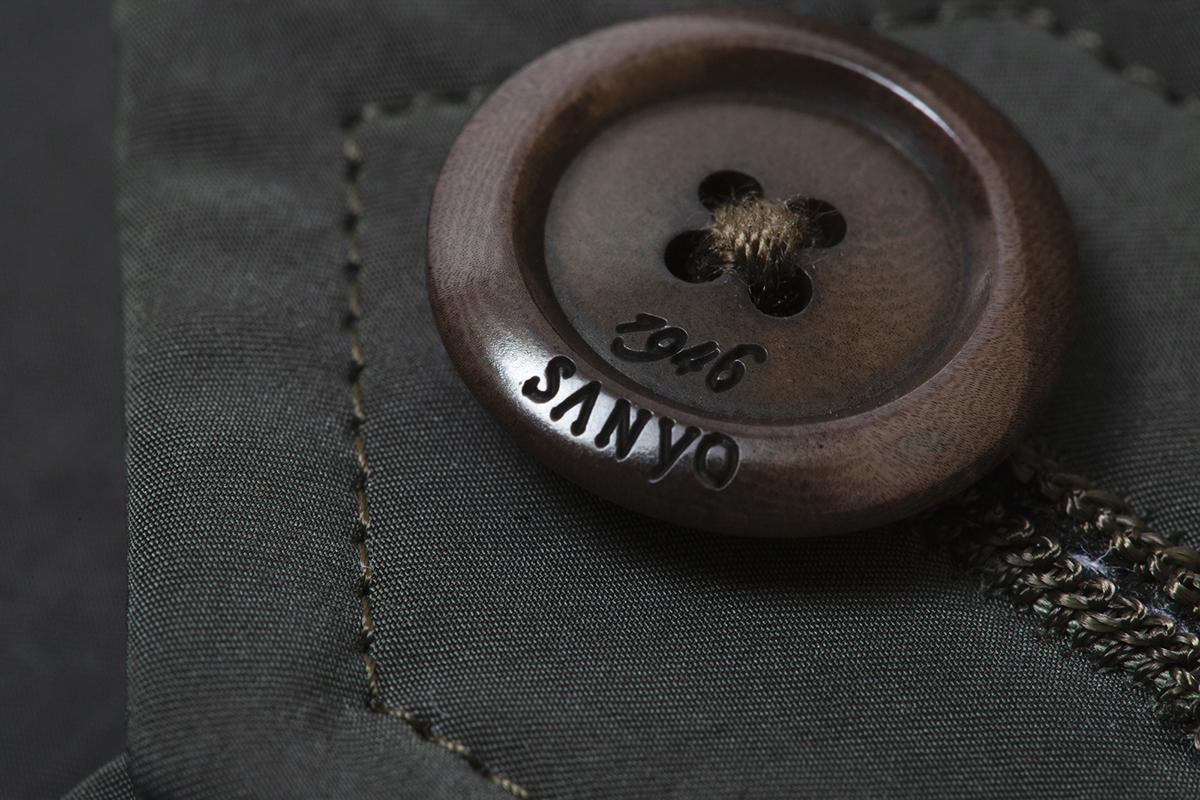 ⑧SANYOの刻印が入ったボタン|脱ぎ着が不要、これ一着で36〜42℃に温度調整できる次世代通勤コート|SANYOCOAT サンヨーコート(HEATIER)