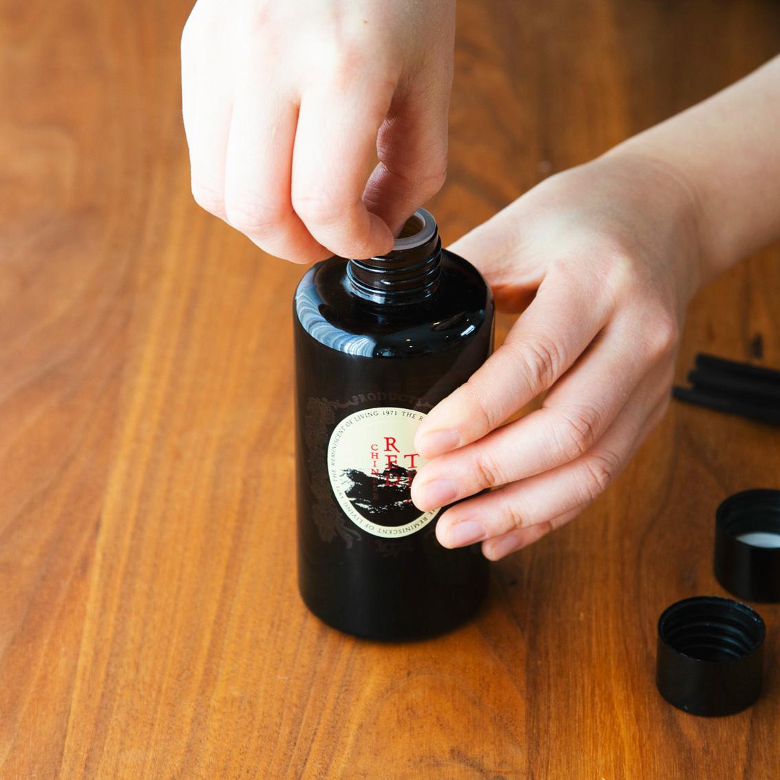 使い方|1. ボトルの蓋を開け、プラスチックの中蓋を外す。ディフューザー|タイ王室御用達のアロマブランド『KARMAKAMET(カルマカメット)』