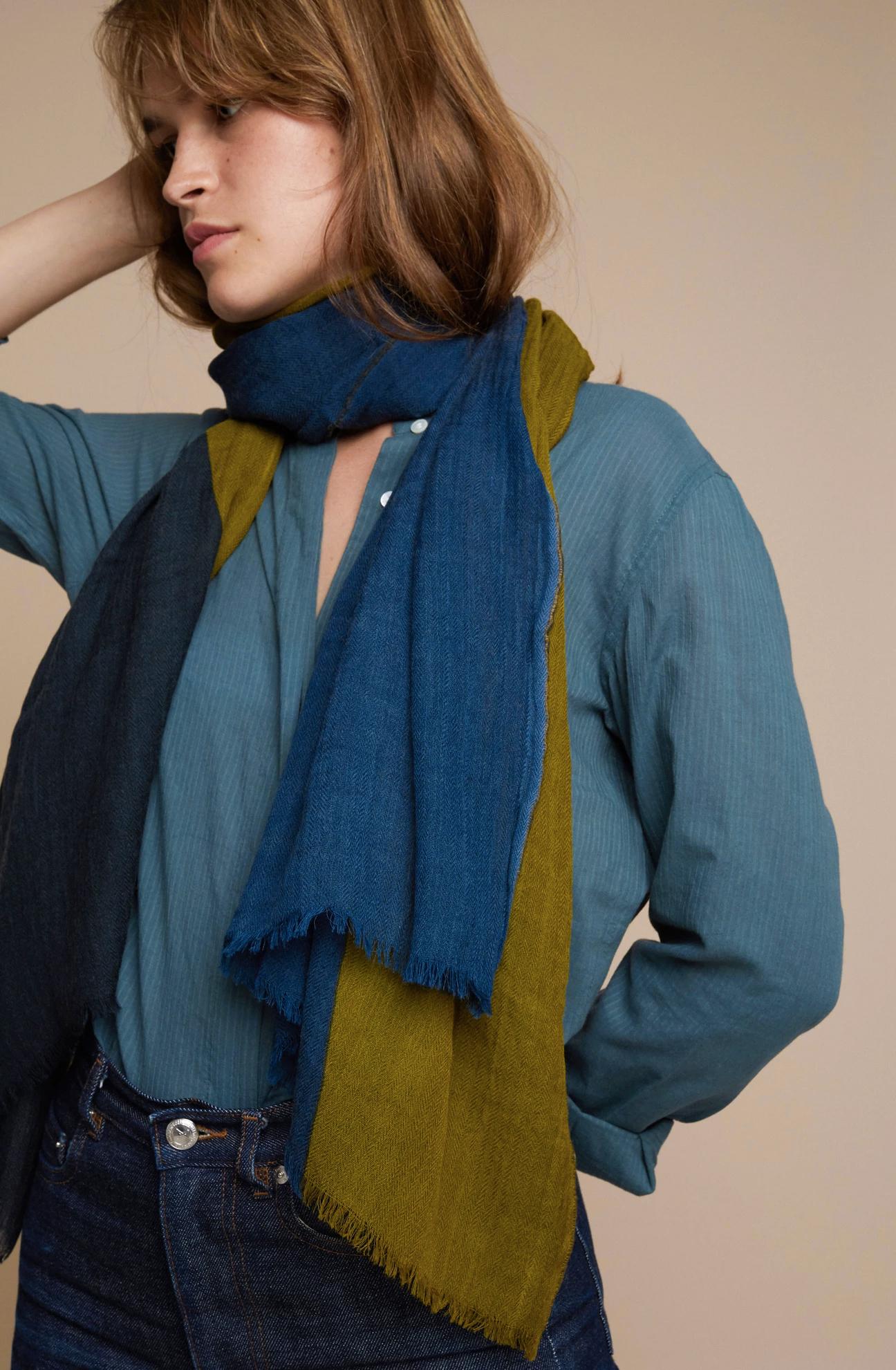 奥行きのある色と柄を、100%ウールで、軽い。首まわりをふんわり温かく包んでくれて、肌触りもうんと柔らかい「ストール・マフラー」|MOISMONT(モワモン)