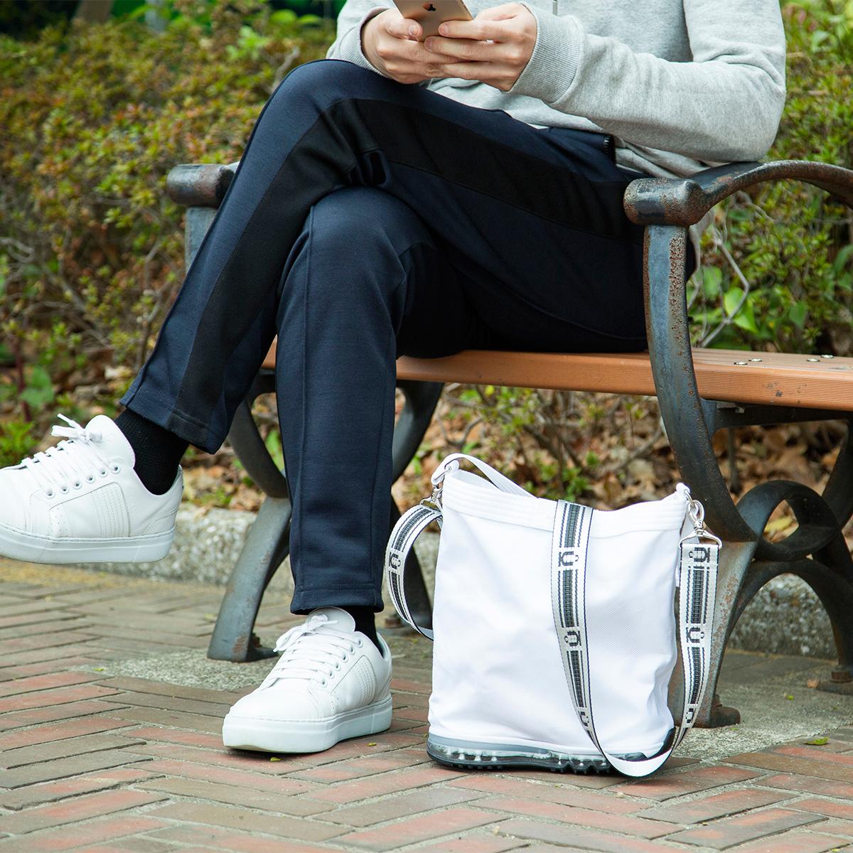 荷物置き場のないカフェスタンド、犬の散歩、ピクニックなどで活躍。バッグを地面に迷いなくポンッと置ける「遊びトート」| OKERU MONOCO限定