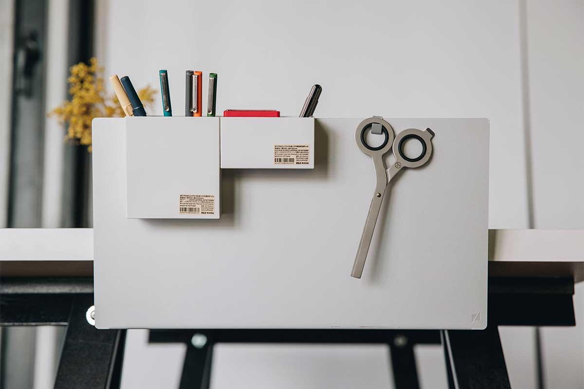 置くだけで、仕事、読書、暮しの習慣が変わる「直感ポケット」で書斎もワークスペースも整理整頓できる。デスクの書類を瞬時に片づけ、途中のタスクをすぐ再開できる「貼るデスクラック」|ZENLET The Rack(ゼンレット ザ ラック)