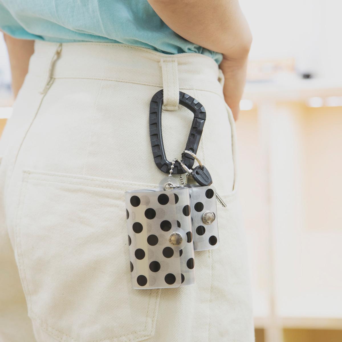 ベルトループやバッグハンドルに取り付けられる。これひとつで、ジム・旅行・アウトドアへ!ミニマム構造がかなえる、軽量&収納力の「ミニ財布」|SALLIES