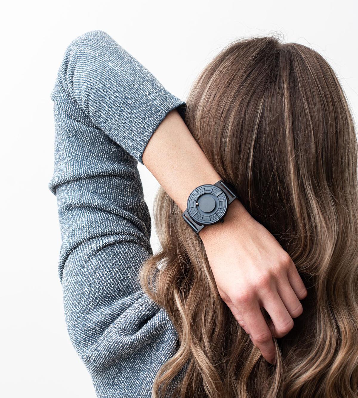 時計の機能とデザインを根本的に解体し固定観念を捨て、「針」を無くした「触る時計」| EONE(COSMOS)