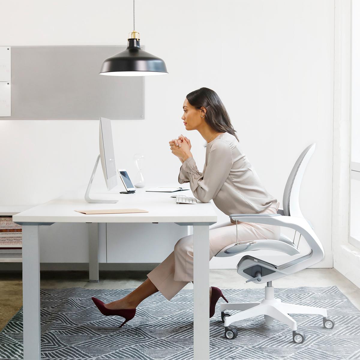 「気持ちいい姿勢」を意識しないでキープできる。座面が浮いてる次世代ワーキングチェア|Elea Chair