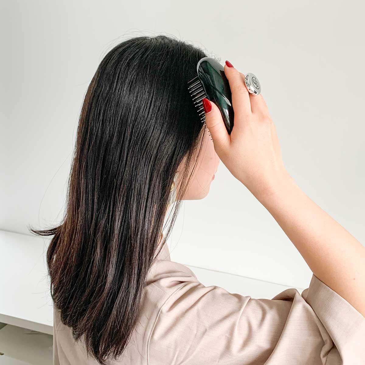 ストレスは頭のコリから解消する、手のひらサイズのヘッドスパ(スカルプブラシ)|自宅やオフィスでストレス解消するならこのグッズ|インドア派におすすめのストレス解消グッズ5選