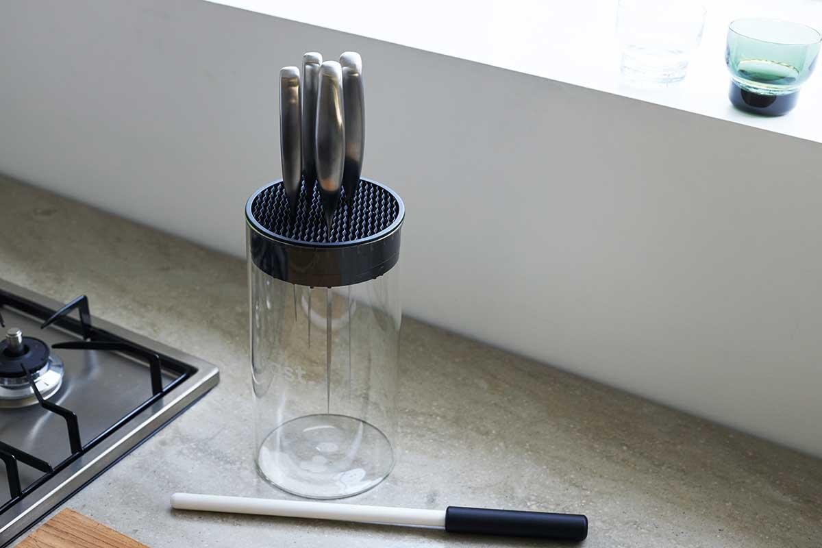 1000グリッドのセラミック製のシャープナー。使い方は驚くほど手軽です。極薄刃でストレスフリーな切れ味、野菜・肉・魚に幅広く使える「包丁・ナイフ」|hast(ハスト)