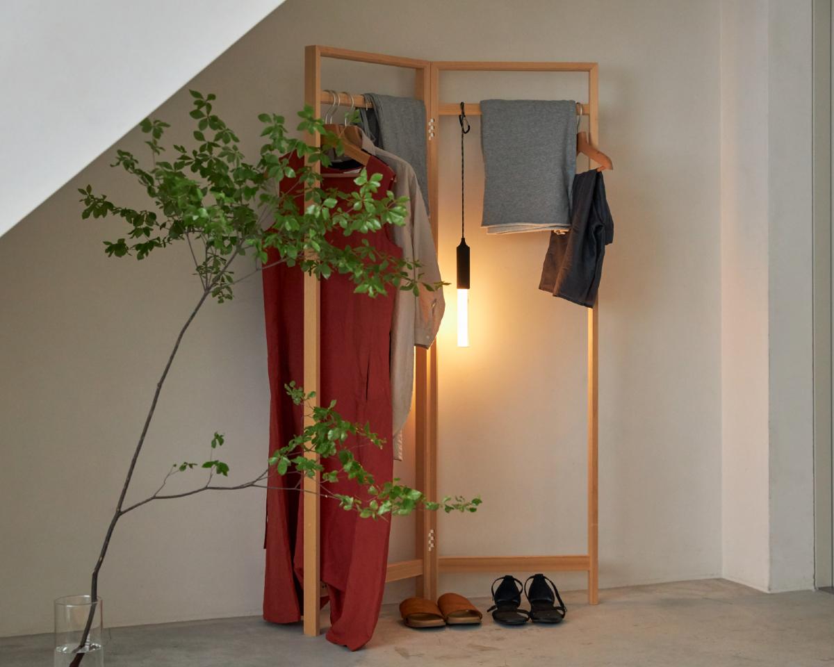 つり下げるだけで、温かみある光がこぼれて、雰囲気ある空間に|軽くてロープ、磁石つきだ。家のインテリアにもアウトドアでも車でも、どこでも使える便利な「ペンライト」|PARA PENDANT LIGHT(パラ ペンダント ライト)
