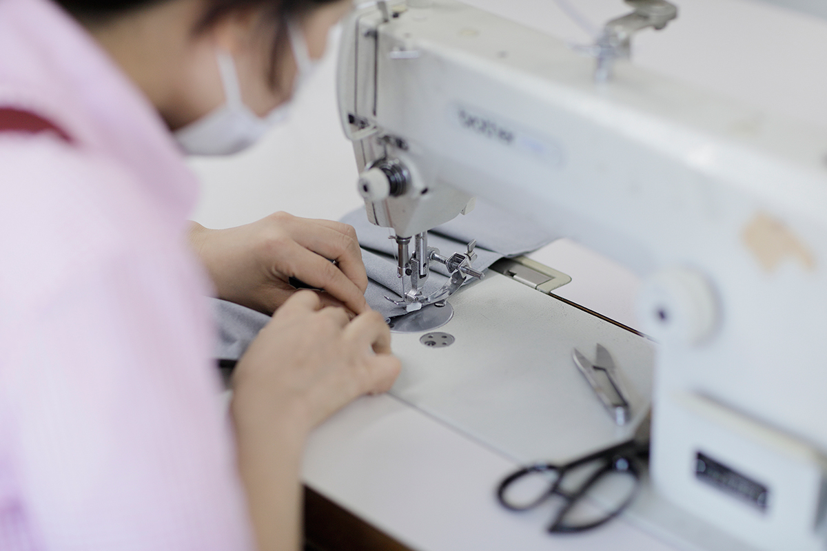 坐禅中にもズレを感じにくいよう、職人の手によってミリ単位での縫製が行なわれています。僧侶が坐禅を組むときに使う「坐禅蒲団」と同じ伝統的製法で作られたクッション坐禅蒲団(坐蒲)・瞑想用クッション| ZAF(ザフ)