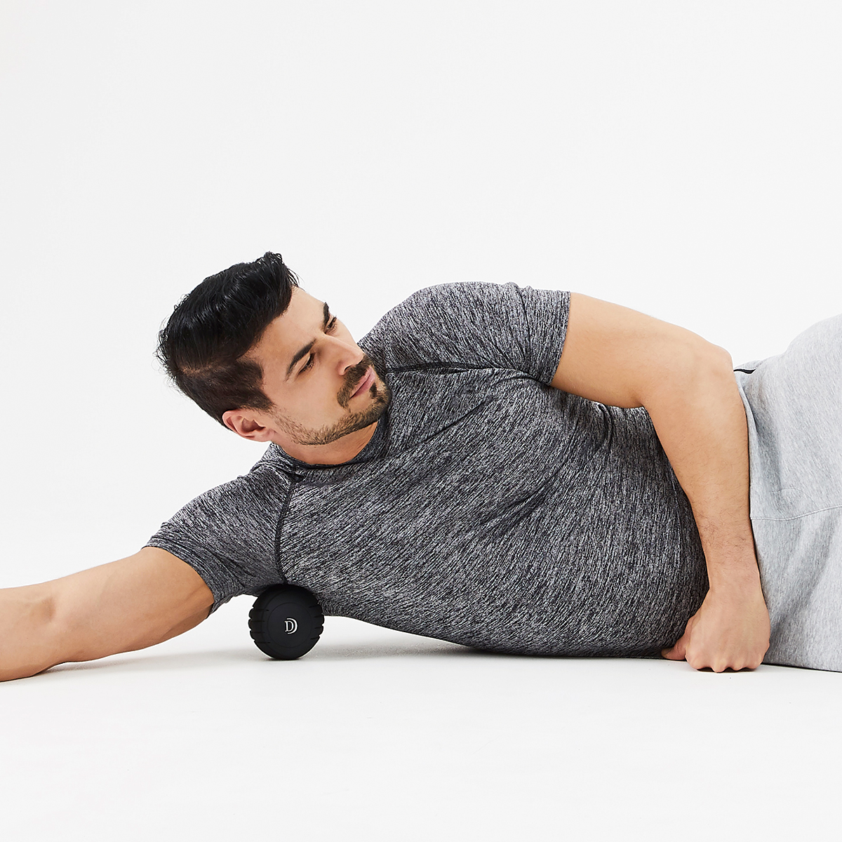 横向きに寝た状態で、脇の少し後ろにアプローチ。ストレッチボール Dr.Air 3Dコンディショニングボール