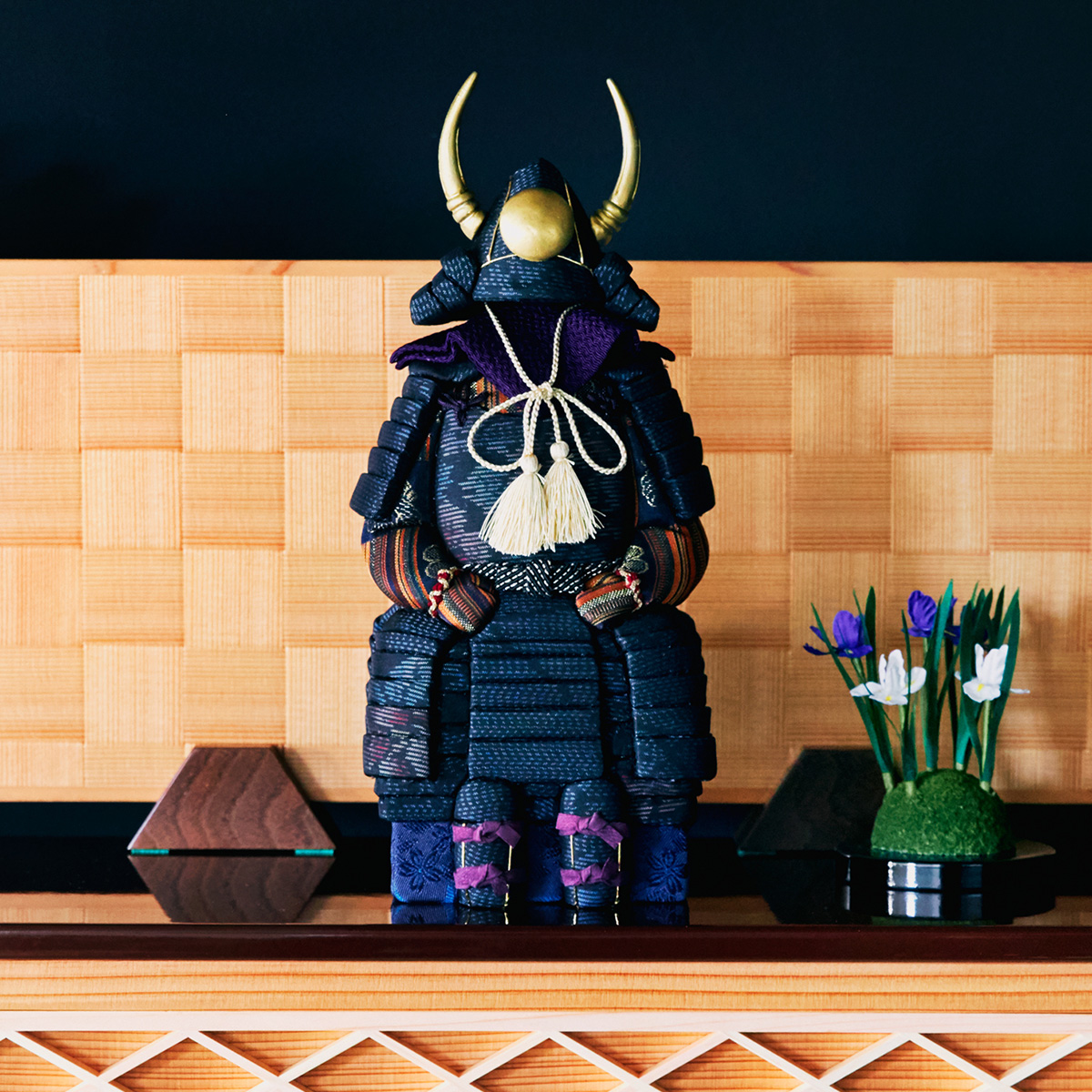 柿沼 東光(経済産業大臣認定伝統工芸士)× 大沼 敦(工業デザイナー)によるモダンなアレンジ。日本伝統工芸をコンパクト・モダンに。リビングや玄関に飾れる「プレミアム鎧飾り・五月人形」